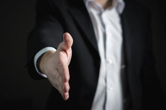 Podnikatel podává ruku