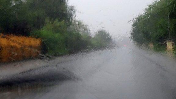 Regenbenetzte Frontscheibe – Bei Starkregen vorsichtig fahren