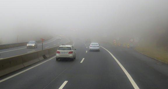 Silná mlha na silnici – jeďte opatrně