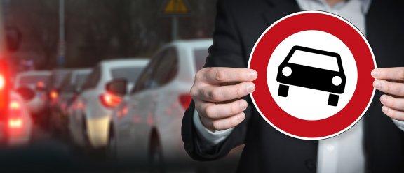 Muž s zákazovou značkou pro motorová vozidla
