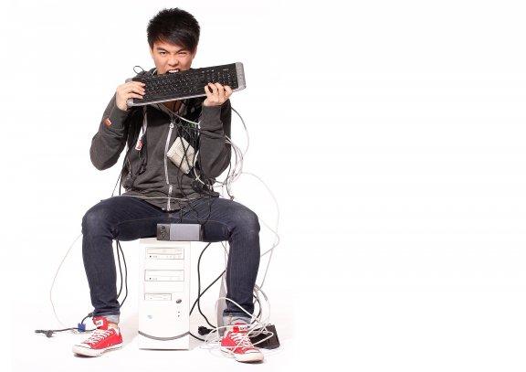 Computertechniker mit Kabeln