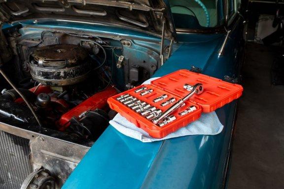 Otevřená kapota automobilu