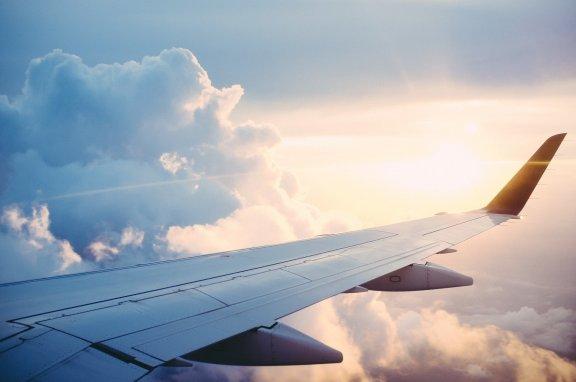 Blick auf die Sonne über den Wolken aus Flugzeug