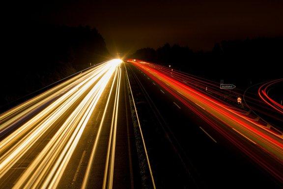 Langzeitaufnahme Lichter Autobahn bei Nacht